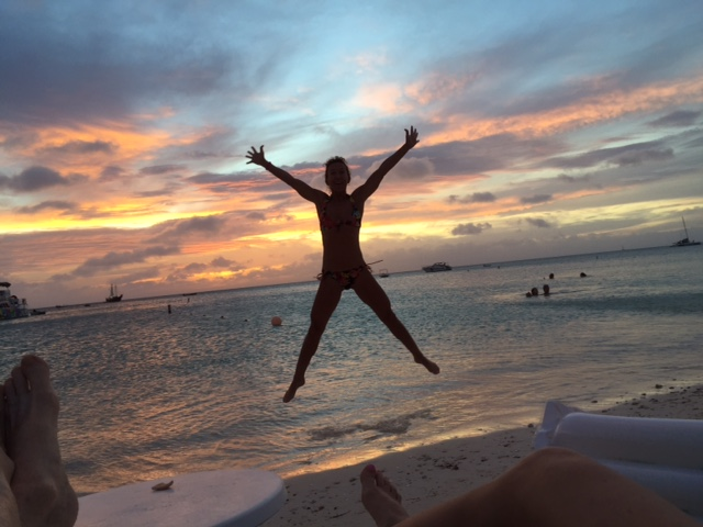 lisa-aruba-sunset-jump