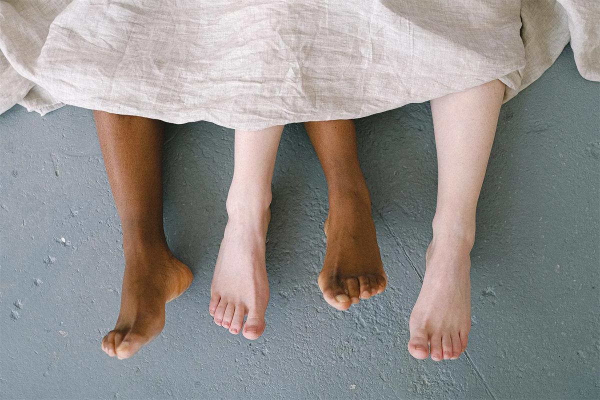 feet-under-blanket