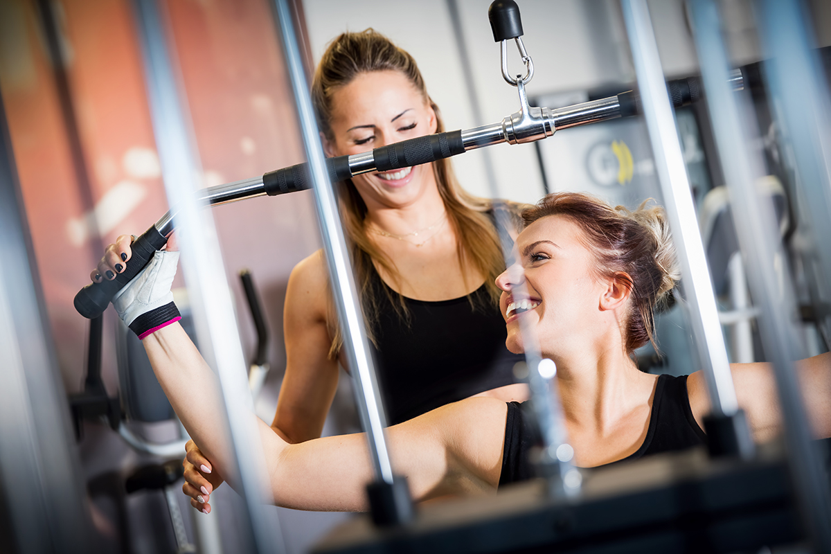 trainer-and-client-exercise-fitness-machine